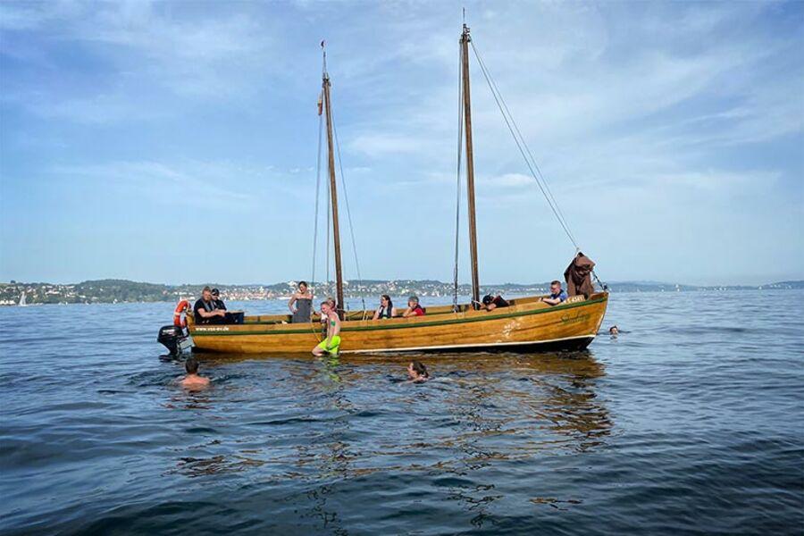 Segelboot mit Teilnehmenden auf dem Bodensee.