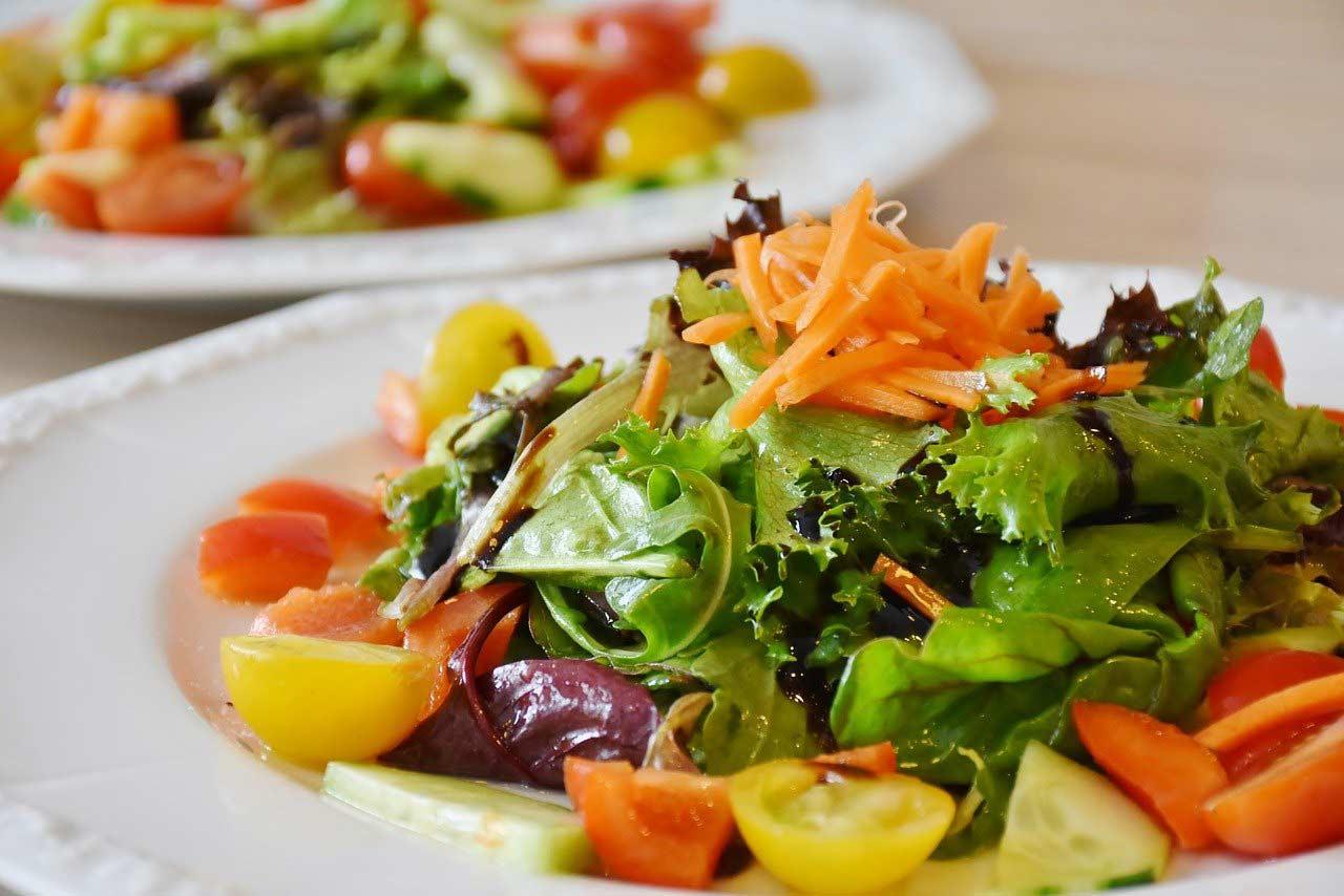 Bunter Salatteller mit allerlei Salat und Gemüse.