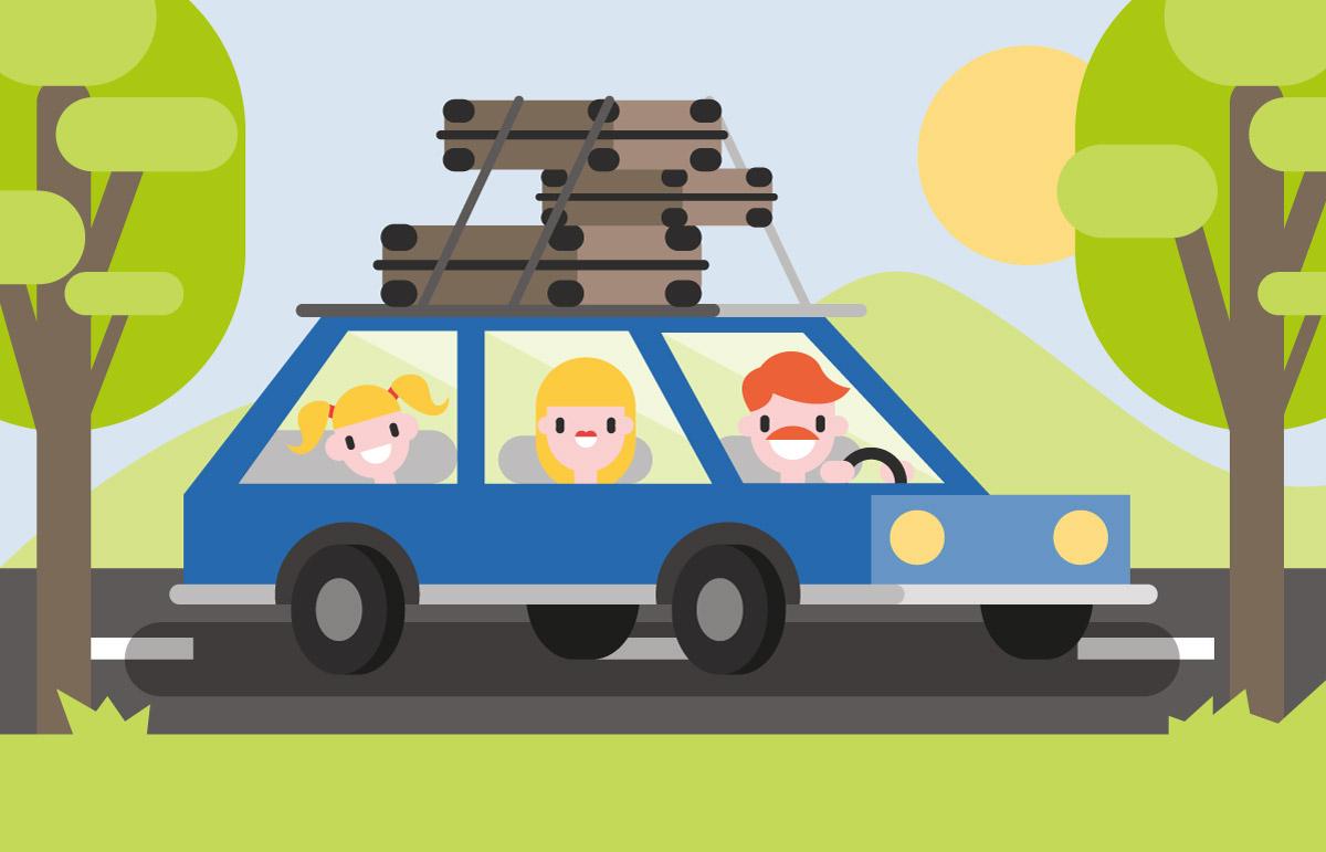 Mutter, Vater und Tochter fahren in einem blauen Auto, mit Koffern bepacktem Dachgepäckträger durch eine hübsche Landschaft mit vielen Bäumen und grünen Hügeln im Hintergrund in den Urlaub.