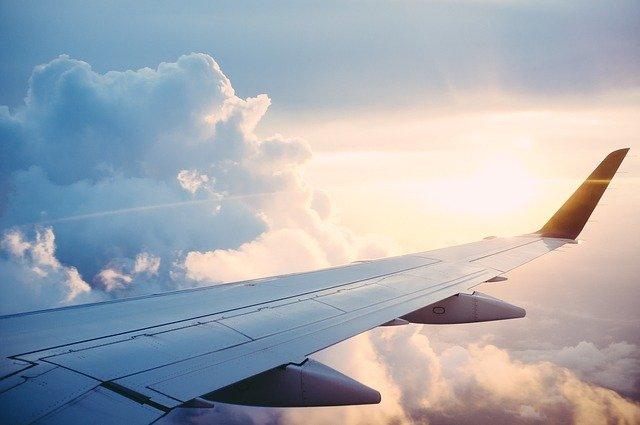 Flugzeug im Himmel mit Wolken im Hintergrund